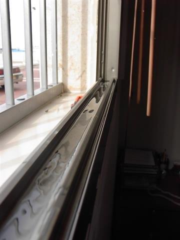 בדיקת הצפה למסילה של חלון